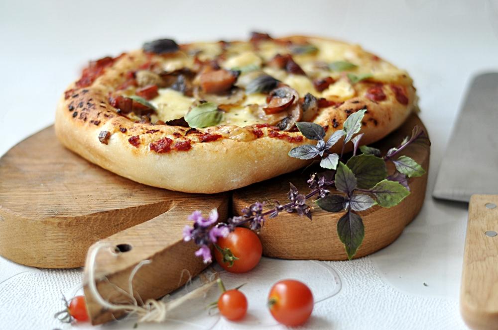 Pizza z szynką, pieczarkami i serem