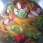 Dietetyczna sałatka z blanszowaną brukselką