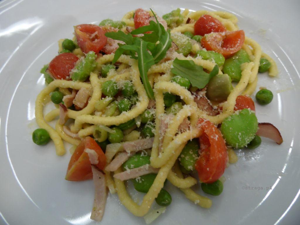Spaghetti z bobem i zielonym groszkiem