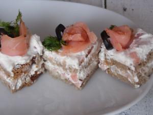 Mini kanapki z wędzonym łososiem