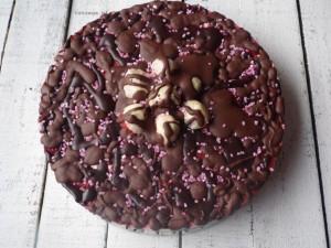 Torcik jogurtowy z czekoladą i truskawkami