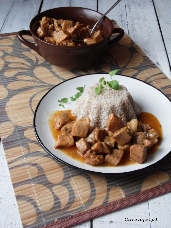 Gulasz wieprzowy w sosie pieczeniowym