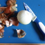obieranie cebuli nożem do obierania warzyw i owoców