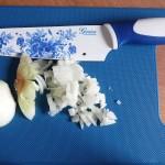 siekanie cebuli nożem szefa kuchni