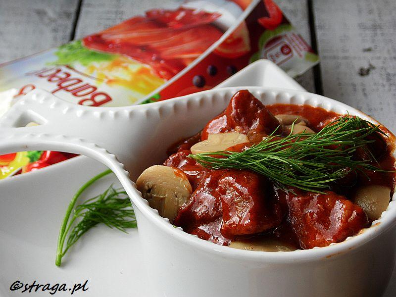 Gulasz Barbecue z plackami ziemniaczanymi
