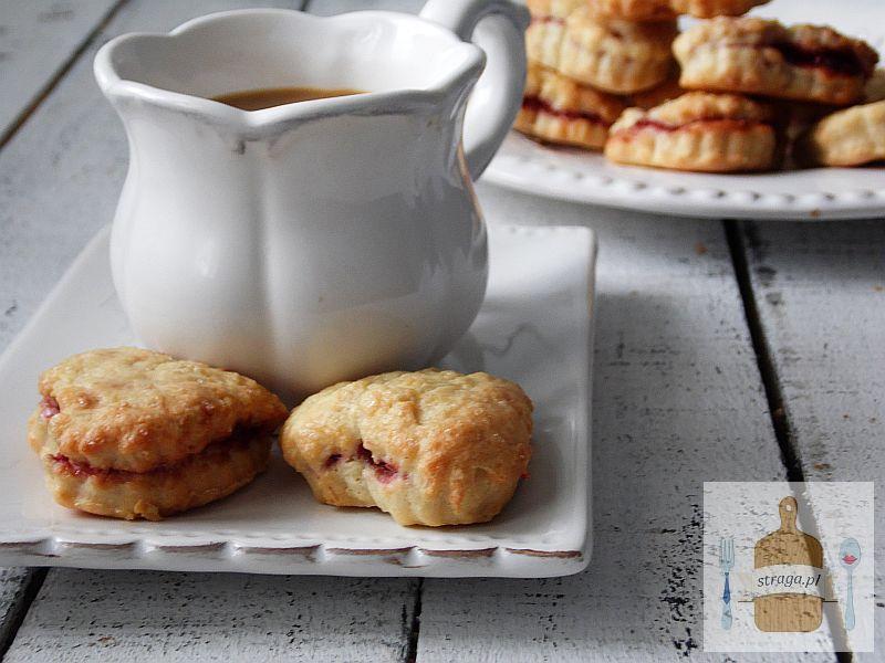 Kruche ciasteczka z malinami i cukrem