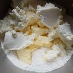 ciasto jest z sera, masła, cukru pudru i maki