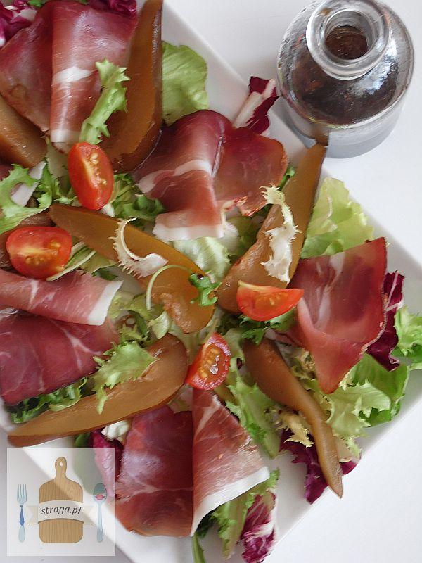 Gruszka z szynką na liściach sałaty z sosem balsamicznym