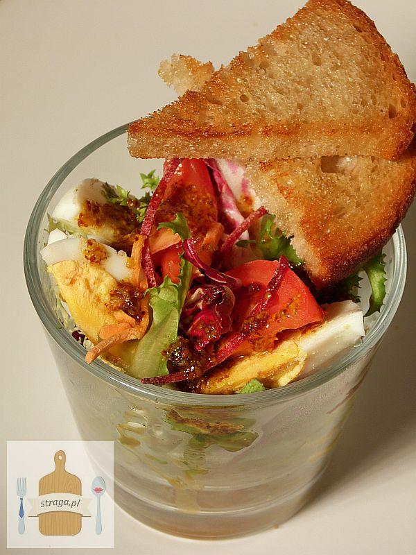 Kolorowa sałatka z jajkiem i pomidorem