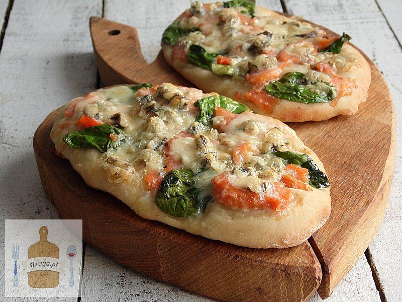 Mini pizza z łososiem, szpinakiem i serem