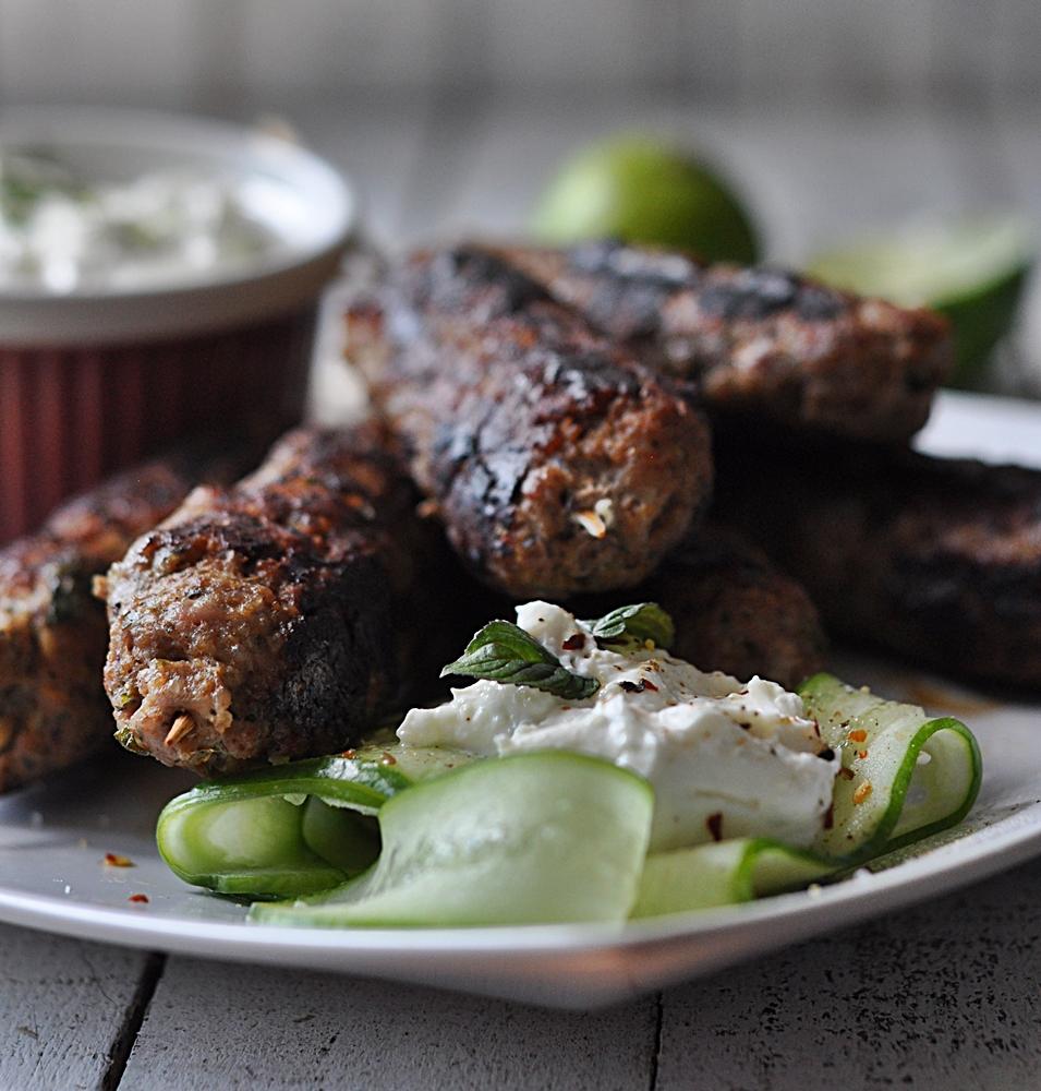 Aromatycznie kofty, czyli szaszłyki z grilowanego mięsa