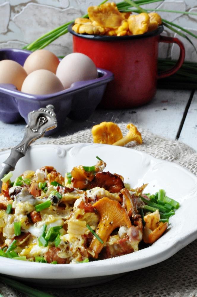 Jajecznica z kurkami i szczypiorkiem