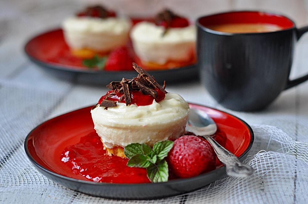 Jogurtowa Panna Cotta z musem truskawkowym