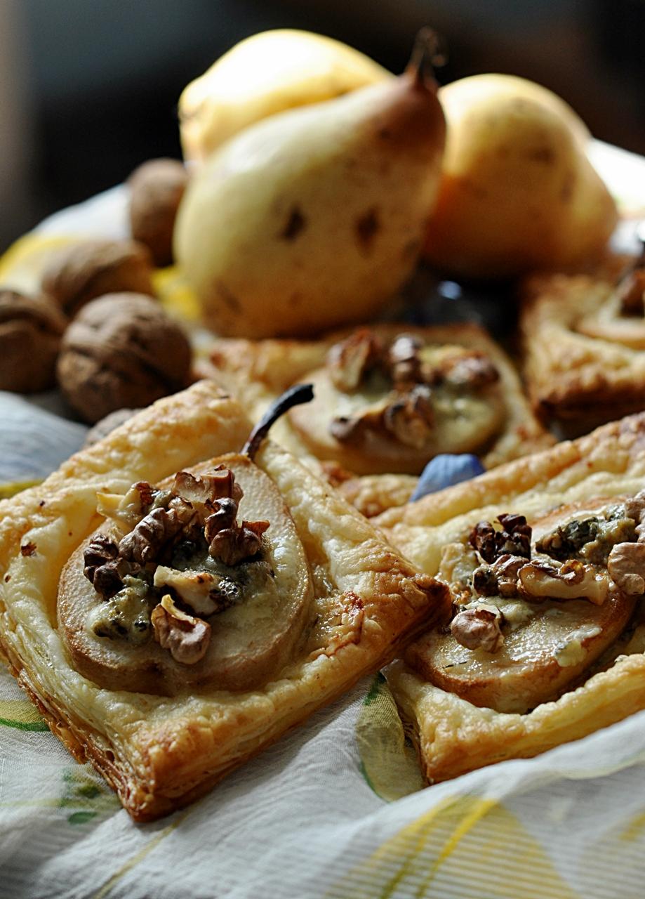 Ciastka francuskie z gruszką i serem pleśniowym