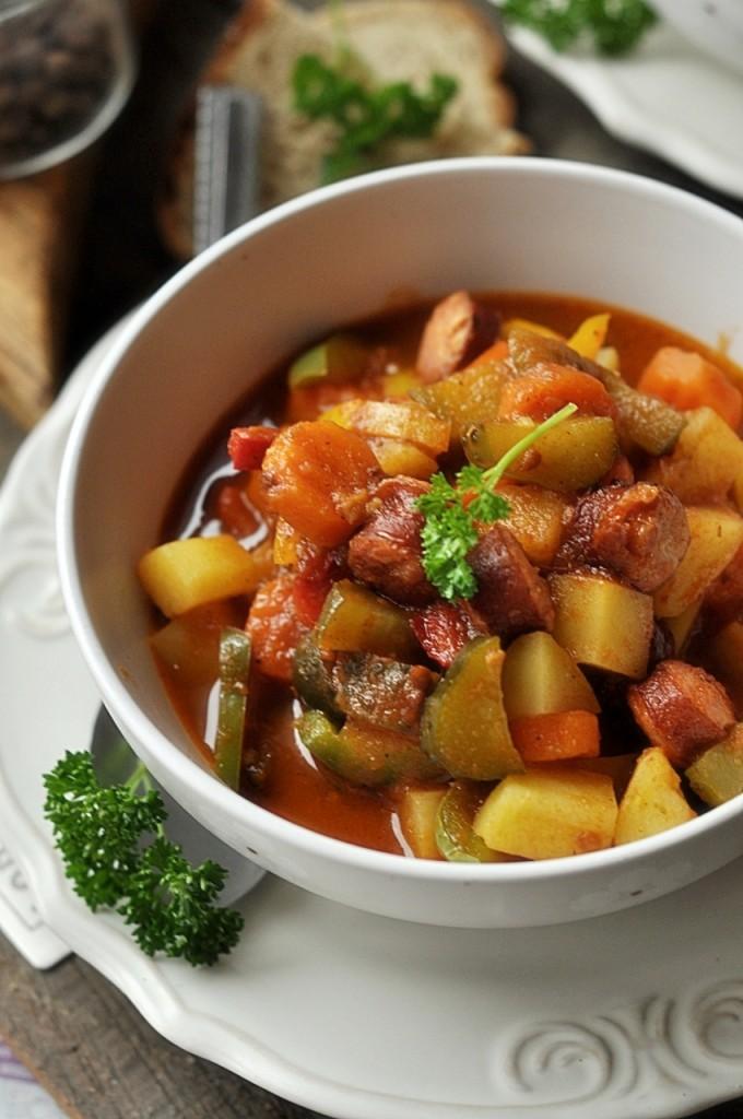 gulasz z kiełbasą i warzywami