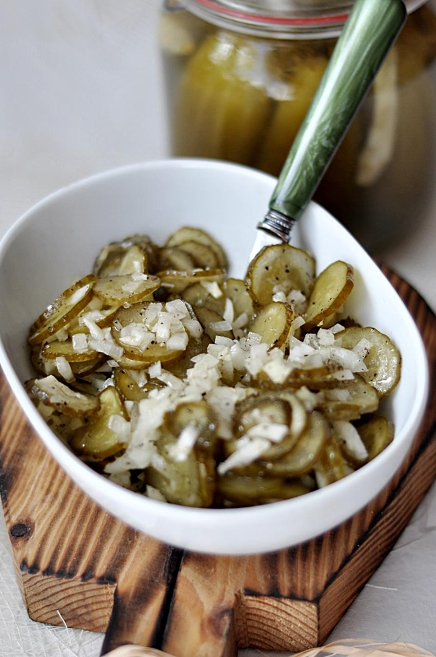 Sałatka z ogórka kiszonego i cebuli