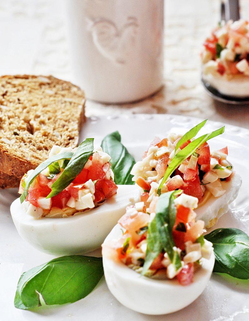 Jajka z mozzrellą i pomidorem