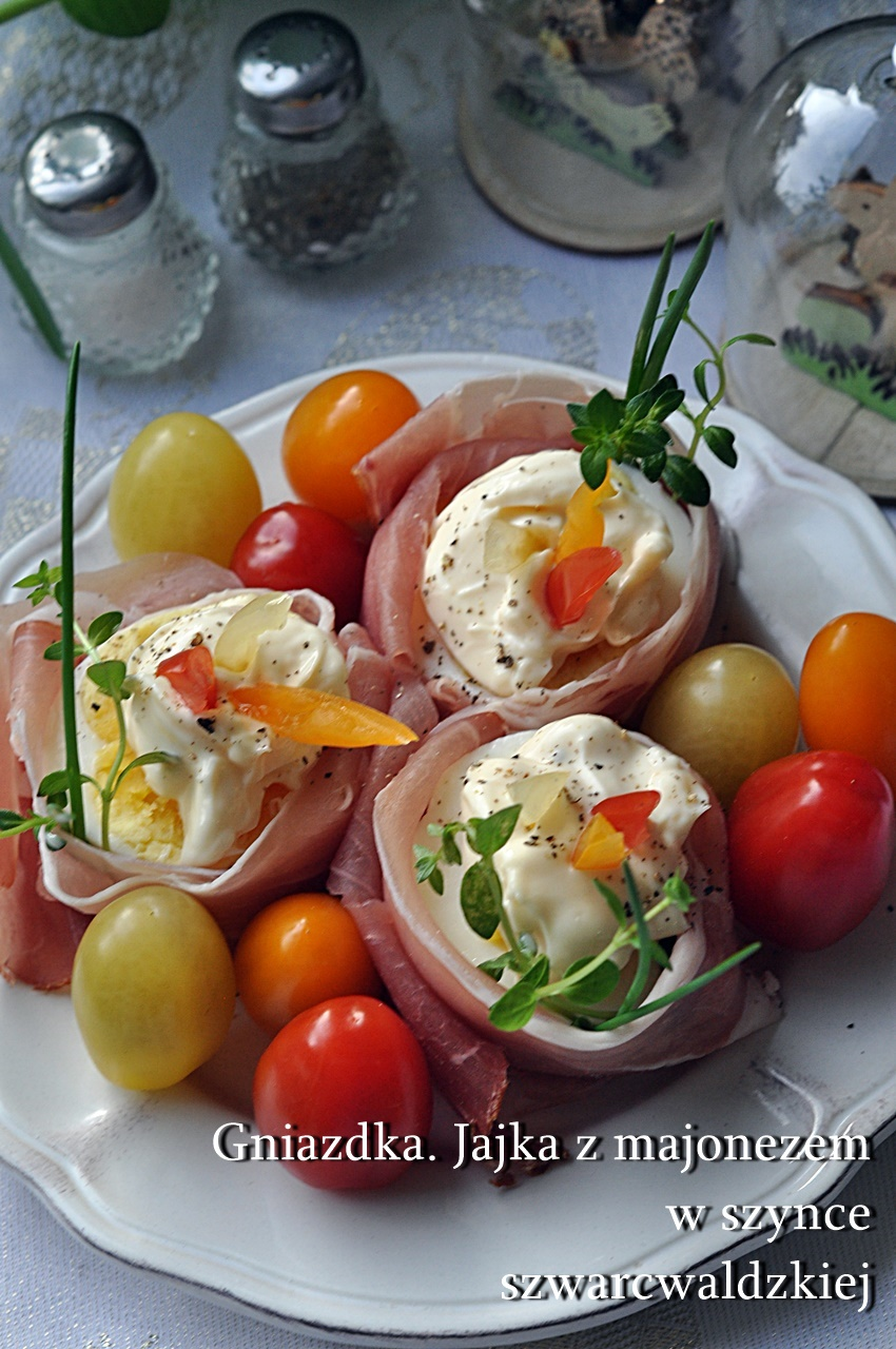 Jajka w gniazdkach z szynki szwarcwaldzkiej