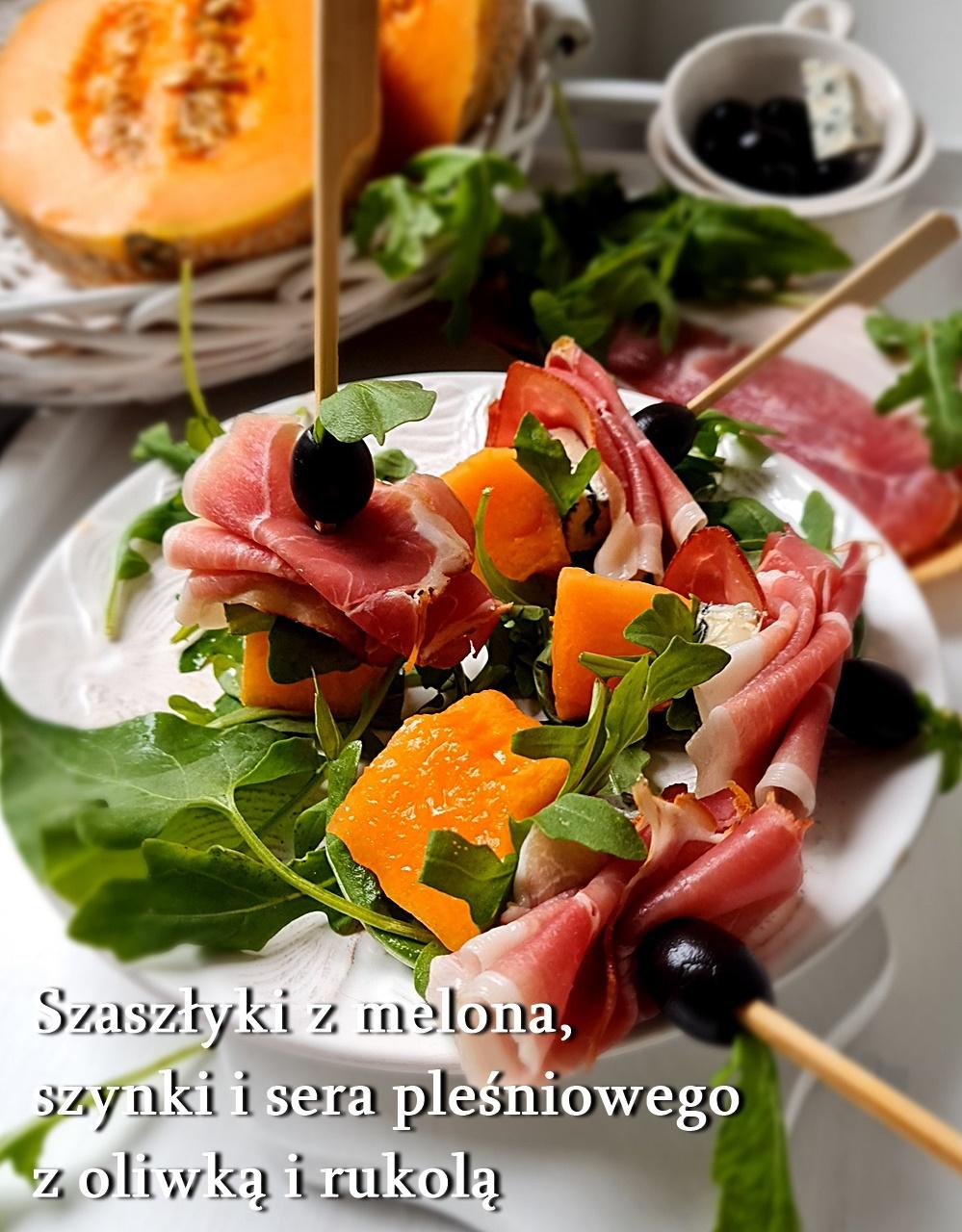 Koreczki z melona, szynki i sera pleśniowego z oliwką i rukolą
